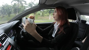 womaneatingwhiledriving